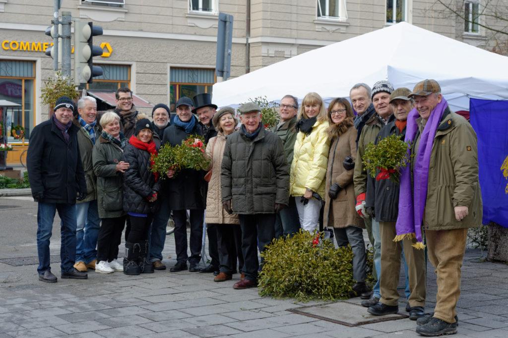 Lions Club München-Olympiaturm verkauft Mistelzweige zugunsten der Obdachlosenhilfe.