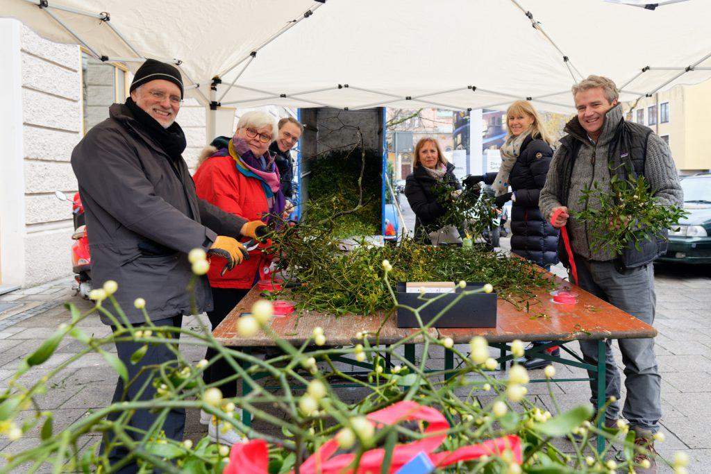 Lions Club München-Olympiaturm verkauft Mistelzweige zu Gunsten der Obdachlosenhilfe.